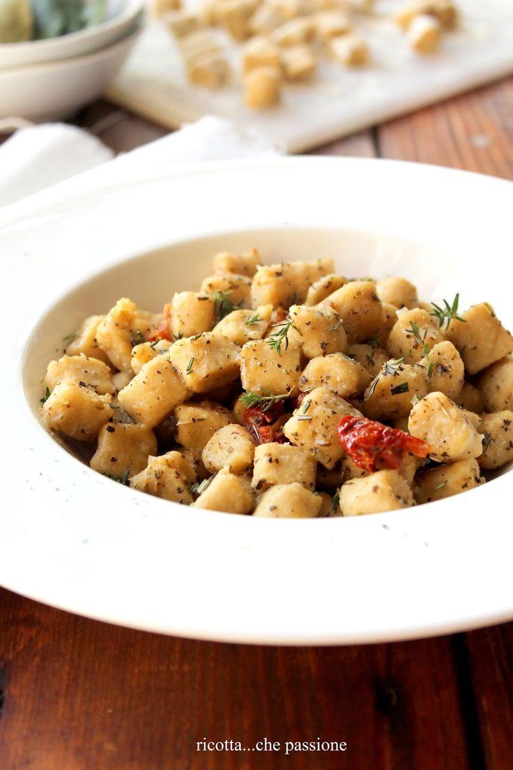 Gnocchetti di ceci con erbe aromatiche e pomodori secchi