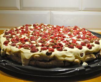 Rispufftårta med choklad, vaniljvisp, daim och hallon