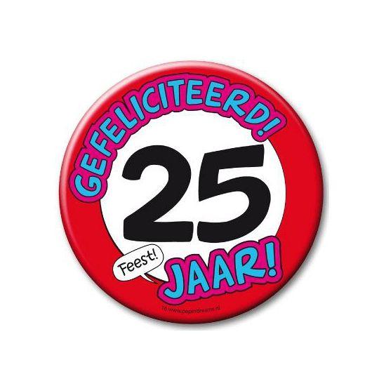 XXL verjaardags button 25 jaar. Extra grote button met daarop een afbeelding van een stopbord en de tekst: Gefeliciteerd! 25 jaar! Formaat: ongeveer 10 cm.
