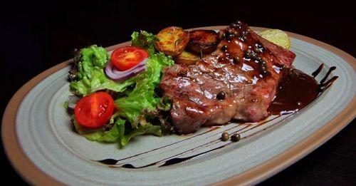 Kto nebol v Lochness a nenšiel tam takúto príšerku, ten má obrovskú smolu.  https://www.zlavomat.sk/zlava/562747-hovadzi-entrecote-steak-v-lochness-scottish-pub