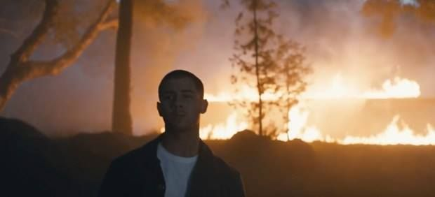 Nick Jonas dévoile le clip du single Chainsaw http://xfru.it/Hb5UCs