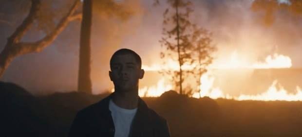 Nick Jonas dévoile le clip du single Chainsaw http://xfru.it/Hb5UCs