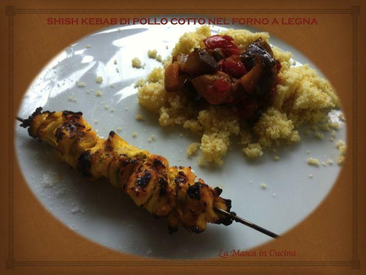 Shish kebab di pollo con lime e zafferano, senza grassi ed economico, arrostito nel forno a legna