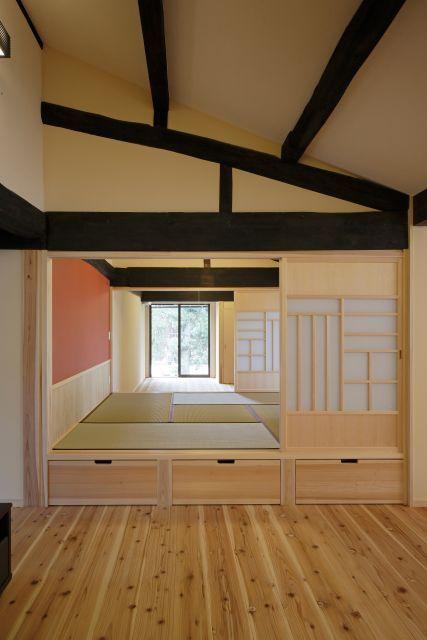 LDKに小上がりの和室。襖は、ご主人こだわり「福」をモチーフに