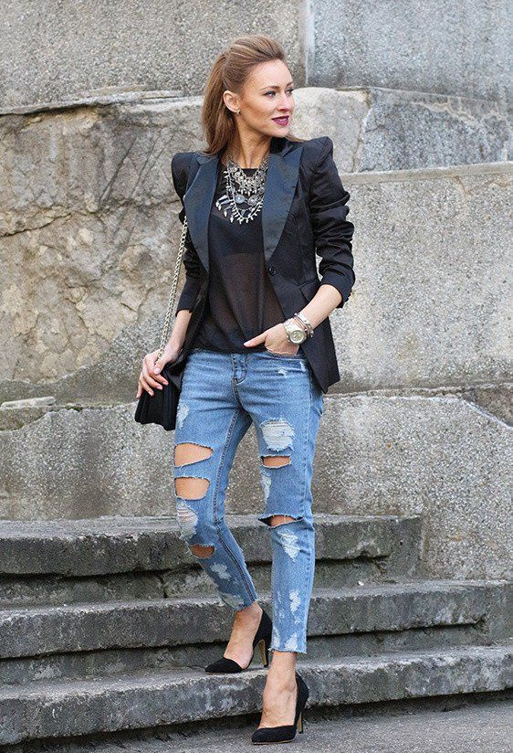Lichte spijkerbroek met gaten, zwart hempje en zwarte blazer + zwarte hakken en een mooie ketting