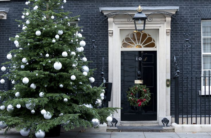 haustüren_moderne-haustüre-weihnachtlich-dekorieren-zur-Weihnachtszeit