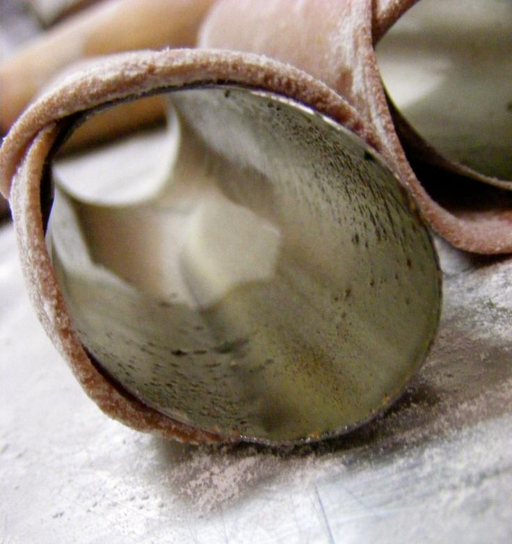 cannoli siciliani artigianali, secondo ricetta tradizionale.