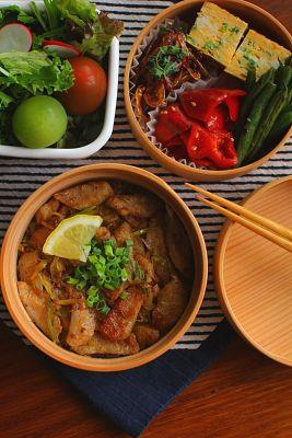豚トロのネギ塩丼青葱入り卵焼きいんげんの醤油炒め桜海老と香菜の甘炒め赤ピーマンの胡麻油和えサラダ今日は「豚トロのネギ塩丼」が主役のお弁当。地元産の豚トロを見つけたので久し振りの豚トロです。ネギ塩味はいつもなら笠原将弘さんのレシピを参考にする