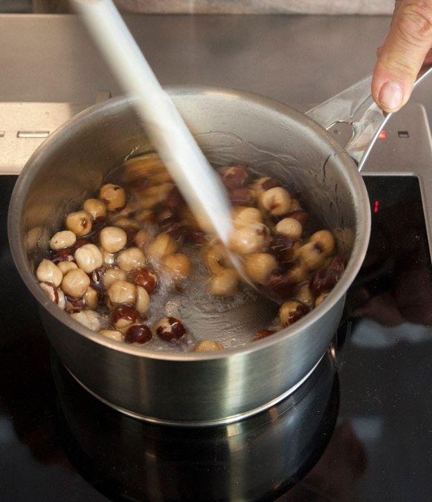 1. Σε μια κατσαρόλα βάζουμε 125 γρ. ζάχαρη και 50 γρ. νερό. Τοποθετούμε σε μέτρια φωτιά και αφήνουμε το σιρόπι να βράσει ανακατεύοντας λίγο στην αρχή. 2. Παράλληλα ελέγχουμε τη θερμοκρασία με ένα θερμόμετρο και μόλις φτάσει στους 115°C αποσύρουμε από τη φωτιά. 3. Εμπειρικά βλέπουμε ότι σε αυτό το στάδιο το σιρόπι βράζει έντονα …