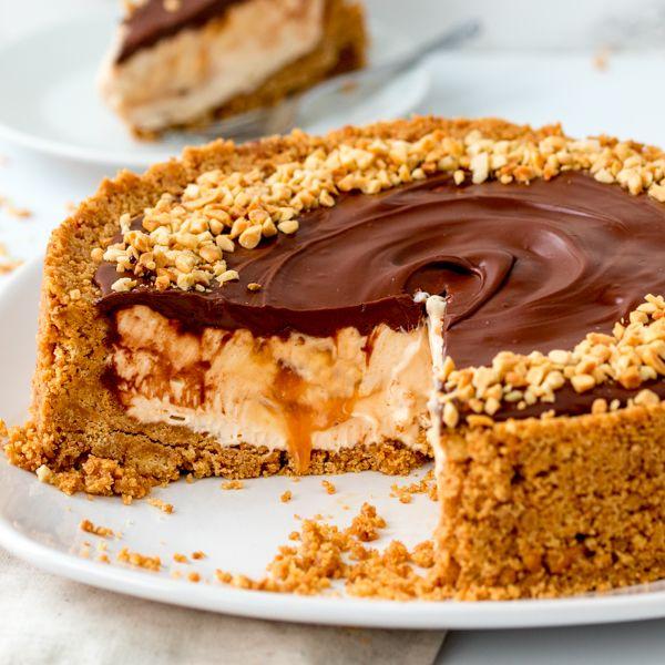 Ένα γλυκό υπερπαραγωγή που ξεπερνά το απλό cheesecake. Το cheesecake με nutella κι αλατισμένη καραμέλα θα σας συνεπάρει με τη γεύση του !! Εκτέλεση Παίρνετε μια στρογγυλή φόρμα με αποσπώμενη βάση την οποία στρώνετε με λαδόκολλα κομμένη στο σχήμα της. Ανακατεύετε μαζί τα τριμμένα μπισκότα και το λιωμένο βούτυρο σε ένα μεγάλο μπολ. Τοποθετείτε το …