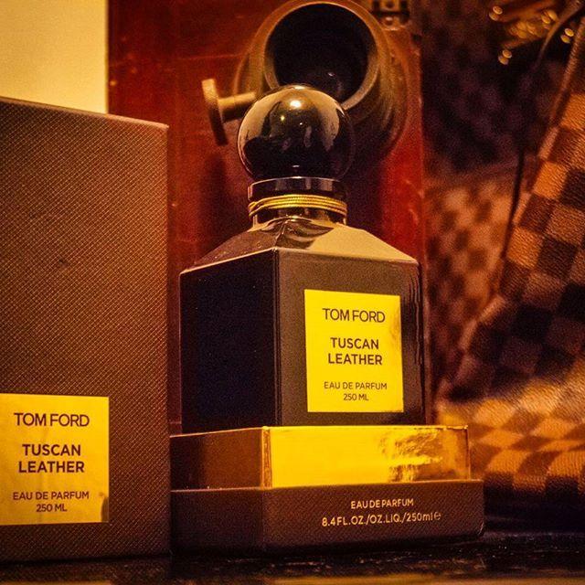 Кожа, в которой я живу  Есть что-то невероятно соблазнительное и манящее в запахе кожи, будь то запах нового салона автомобиля, старого марочного кошелька или пары новых ботинок.  Tuscan Leather, аромат созданный для коллекции Tom Ford Private Blend парфюмерами Harry Frémont и Jacques Cavallier, является одним из моих любимых недавних открытий. Нельзя назвать этот аромат сложным, на самом деле, это почти моноаромат. Тем не менее, его кожаные ноты звучат так хорошо и с такой элегантностью…