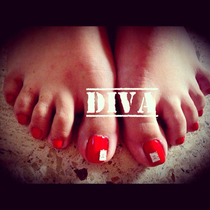 Uñas rojas decorado con bisutería de #Chanel un dedo. #Nails #Rojo #Divas #Uñas