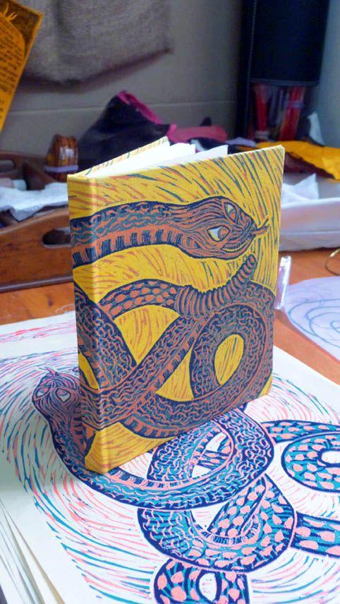 Encuadernacion y tapa hecha de linóleo a 4 colores.  Handmade bookbinding, linoleum printed cover, 4 colors.  :)