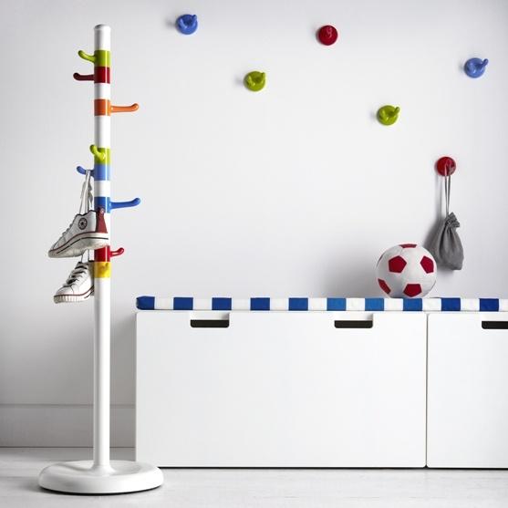 Οι σχεδιάστριες Annie Huldén και Sanna Dahl εμπνεύστηκαν από τα ζαχαρωτά και τις καραμέλες ενός λούνα παρκ για αυτόν τον καλόγερο και τους παιδικούς γάντζους που μπορούν εύκολα να φτάσουν τα παιδικά χεράκια!