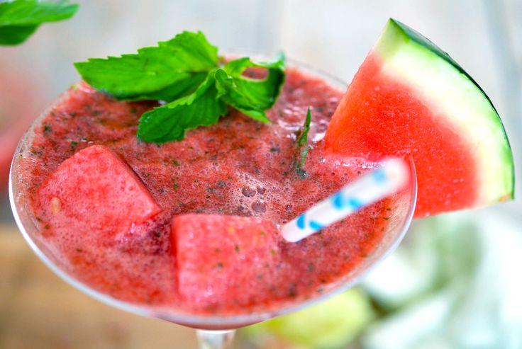 Deze heerlijke ijskoude watermelon mocktail is perfect voor de zomer! Caloriearm, rijk aan vitamine C, kalium en ijzer en... goed voor je libido! Cheers!