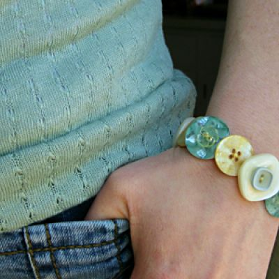 button bracelets - cute!