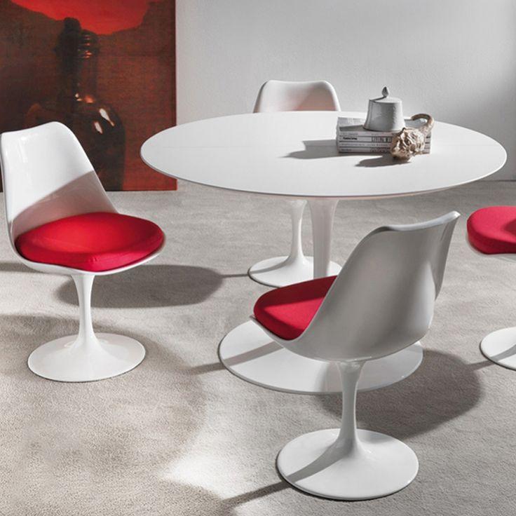 Seduta e poltroncina. La struttura è in alluminio o ABS bianco con inserito un cuscino di cotone rosso o nero, disponibile anche in ecopelle di differenti colori. Questa linea viene utilizzata anche per il tavolino in alluminio verniciato bianco.