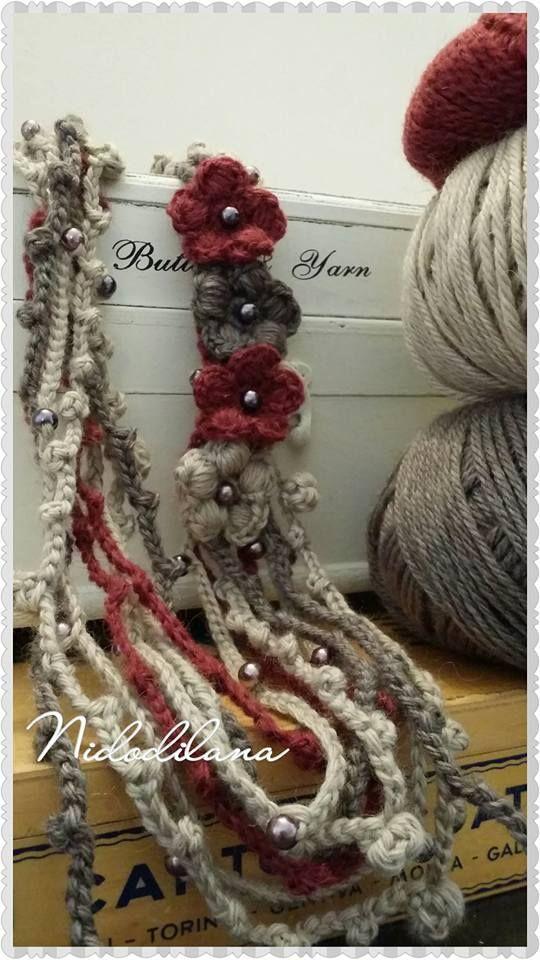 Da indossare sia come collana sia su giacche e cappotti. Tanti giri di lana, perle e fiori. My crochet necklace.