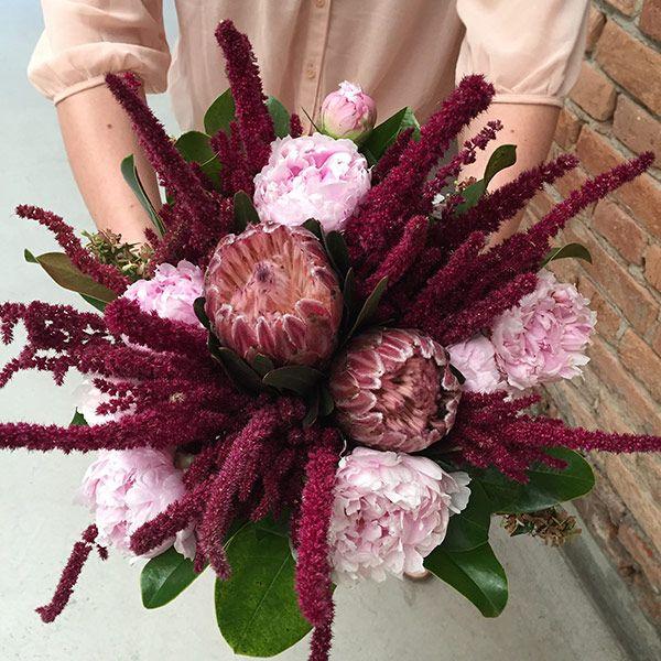 Bouquet de noiva para casamento contemporâneo em tons de marsala e rosa com peônias e proteas ( Bouquet: Flor e Forma )
