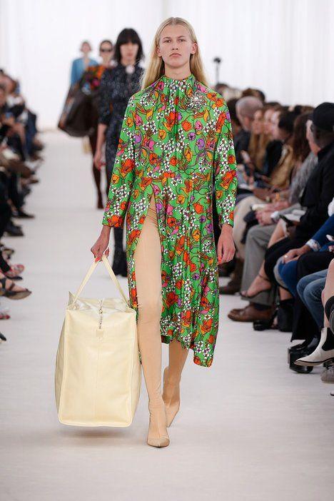 Romantická je varianta, kterou představili u Balenciagy – použili zelenou jako podklad pro potisk květinové louky; Profimedia