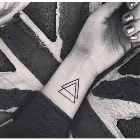 Tatouage poignet triangle