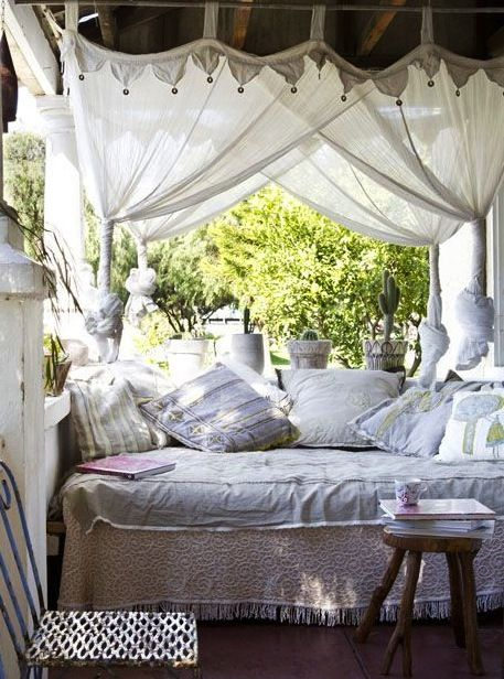 Outdoor living in white: canopied daybed on the veranda ... reading nook