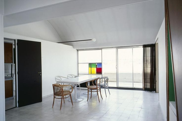 Столовая расположена рядом с кухней и имеет выход на балкон.  (фасад,архитектура,дизайн,экстерьер,интерьер,дизайн интерьера,квартиры,апартаменты,конструктивизм,Ле Корбюзье,Франция,Париж,столовая,дизайн столовой,интерьер столовой,мебель для столовой) .