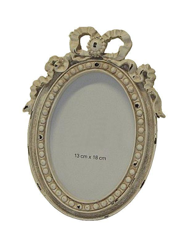 Ramă foto ovală albă, model Baroc de dimensiune 26 X 19 cm. Pentru această ramă foto dimensiunea fotografiei este de 13 X 18 cm. Alegeţi din gama noastră de decoraţiuni interioare cadoul perfect.