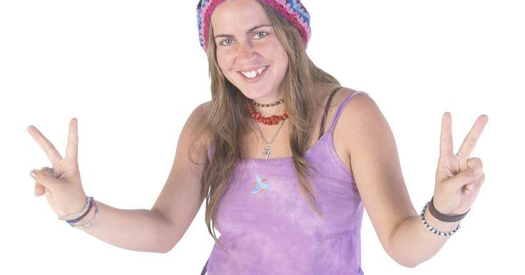 Como amarrar um bracelete hippie. O movimento hippie defendia igualdade racial, direitos civis e paz. A música e a arte ajudaram os hippies a transmitir seus ideais, crenças e preocupações. Eles também tinham seu próprio estilo de acessórios de vestuário e um deles era o bracelete feito de uma série de nós que criam um padrão trançado. Os hippies de hoje em dia seguem o mesmo ...