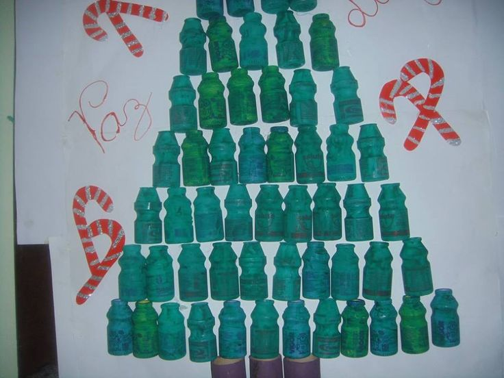 árvore de natal com potinhos de yakult