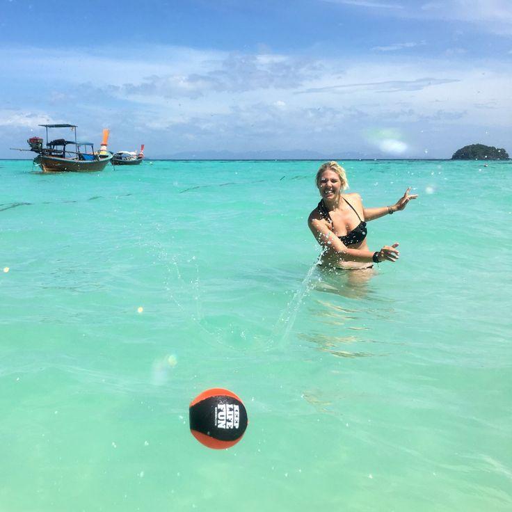 Bouncing ball, stuitert op het water, cooool😎