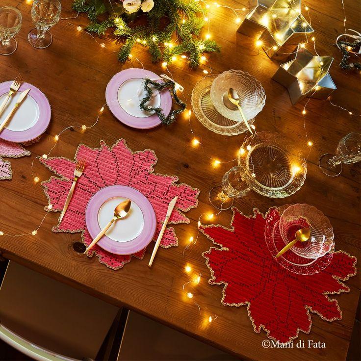 Occorrente, 2 gomitoli di cotone Cablè numero 5 per colore nei toni del rosa, avorio, rosa scuro e rosso, 2 gomitoli di filato lurex oro e lo schema su carta a quadretti per realizzare le 4 tovagliette all'americana a forma di stella di Natale a uncinetto filet.