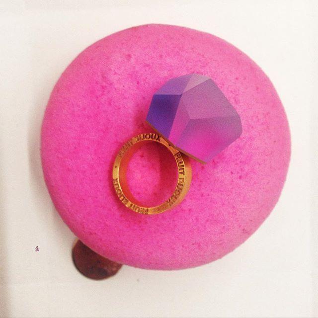 Idealny zestaw na dzień kobiet! #macaroons #fruitbijouxring #gold #pink#raspberry #perfectset #sweetandsexy #accessories #hushwarsaw #womensday