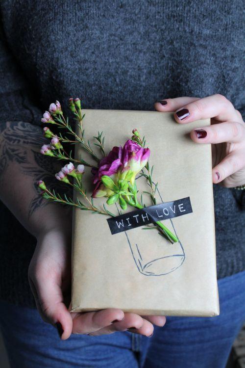 Geschenkverpackung mit frischen Blumen zum Geburtstag
