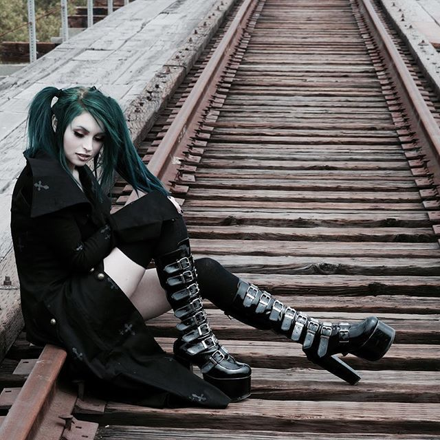Nu Goth on railroad  #nugoth #nu #goth #gotic #wave #treffen #wavegothictreffen #wgt #dark #schwarz #black #scene #szene #inspiration #creative #idea #idee #railroad #schiene #eisenbahnschiene #green #hair #punk #girl #woman #coat #mantel #chic