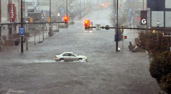 Hurricane Sandy Barrels Region, Leaving Battered Path - NYTimes.com