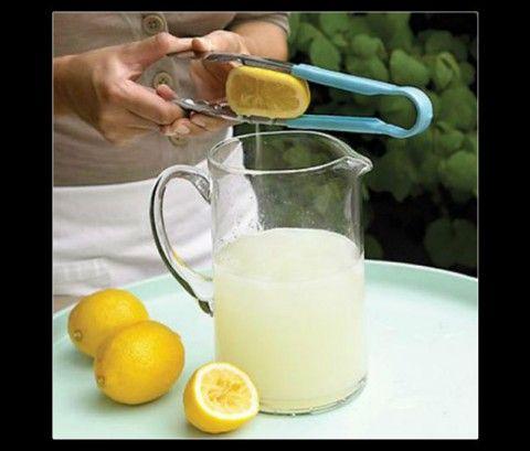 Espremer limão Quer espremer limão sem se sujar e correr o risco de ficar com as mãos manchadas? Use um pegador de macarrão! Coloque o limão no meio e aperte a extremidade do utensílio. Fácil, né?