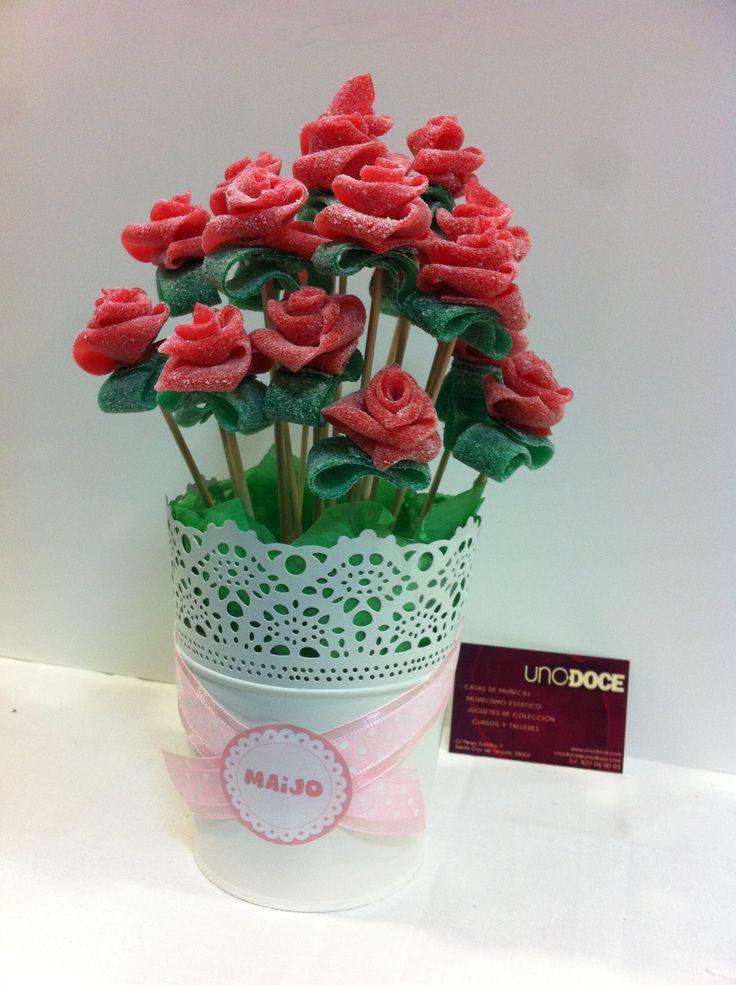 Maceta de rosas de regaliz realizado en UNO:DOCE para un cumpleaños