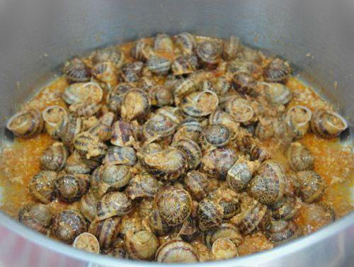 LES CAGOUILLES : Les Cagouilles à la charentaise (la cagouille c'est le petit gris ... l'escargot qu'on trouve aux pieds des vignes !) -cagouilles charentaises from the southwest (petits gris snails, parsley, garlic and wine),