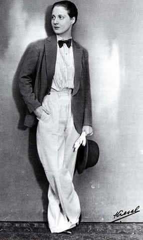 L'actrice Charlotte Andler en 1929: veston, pantalon, noeud papillon, chemise, gants, et cheveux courts.