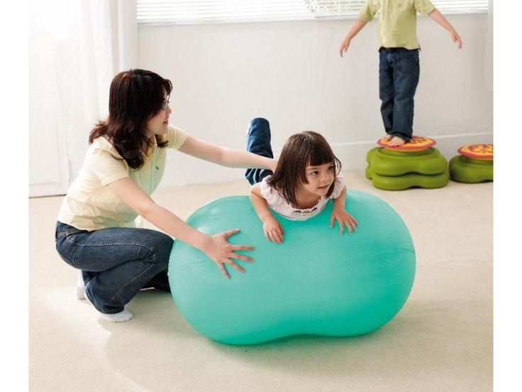 Een grote rol om mee te stoeien en spelen. Op een rol uw kind makkelijker zitten dan op een ronde bal, zo wordt het evenwicht gestimuleerd. Dat kan er heel wild aan toegaan, maar ook als stoel bijvoorbeeld voor de televisie een goede oefening. Als u samen met uw kind er op gaat zitten, kunt u hem of haar goed vasthouden.