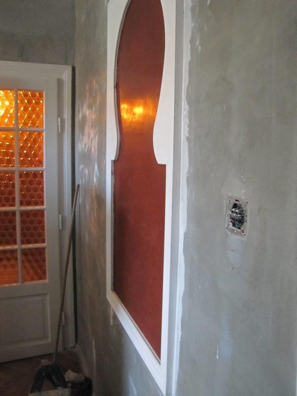 Tadelakt – burgund w arabskiej ramie http://swiatloicien.com.pl/ Materiał: http://www.dom-z-natury.pl/tynk_tadelakt.html