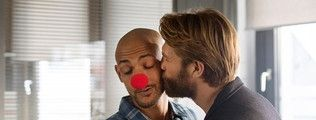 Tobias Reisser (Patrick Abozen, l) bekommt im Polizeipräsidium Besuch von seinem Freund David (Marc Rissmann, r). Karneval steht vor der Tür, aber der Besuch und der Kuss am Arbeitsplatz sind Tobias nicht recht.