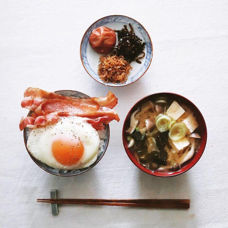 bacon and egg . 今日の朝ごはん🍚 ベーコンエッグのっけ飯、豆腐とワカメとシメジのみそ汁、小皿はいつもの梅干し、昆布、ちりめんじゃこ。ベーコンが2枚ってちょっと嬉しい。 . . #目玉焼き #目玉焼きのせ #目玉焼き丼 #朝ごはん #朝食 #のっけごはん #ベーコンエッグ #ベーコン #梅干し #昆布 #ちりめんじゃこ #みそ汁 #baconandeggs #bacon #japanesebreakfast #breakfast #baconlove #baconmakeseverythingbetter #foodstagram #eeeeeats #f52grams