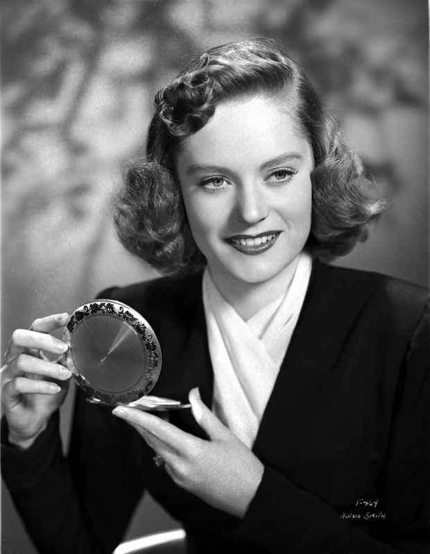 Alexis Smith smiling while Holding a Make up Kit High Quality Photo – Movie Star News