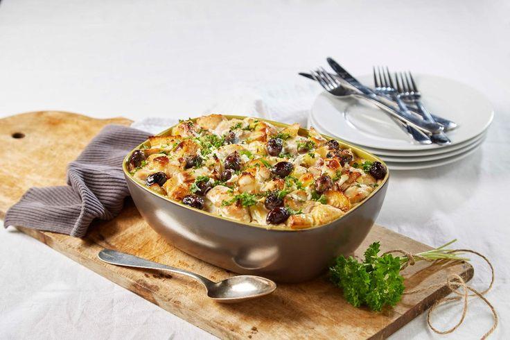 Lettvint og smakfull oppskrift på kylling i form med fyldig saus av Crème Fraîche og fetaost, og med svarte oliven og løk.