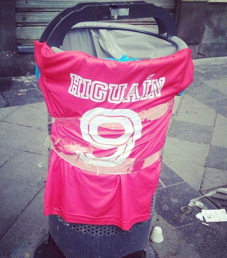 La maglietta di Higuain che avvolge un cestino della spazzatura nelle vie di Napoli