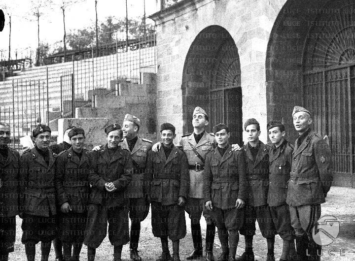 Ragazzi della G.I.L. ed alti gradi della Milizia in posa per una foto in occasione del Campionato della Gioventù Europea a Milano  ATTUALITA/A40-170/A00144597.JPG