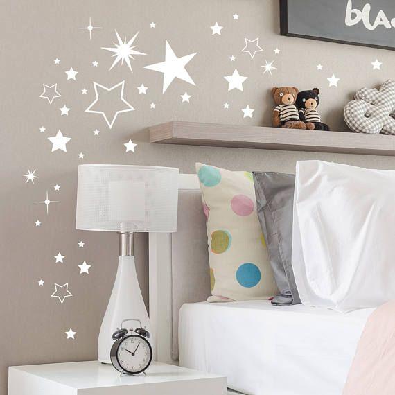 Wandtattoo Sterne Sternenhimmel stars M2030 Wandtattoo Sterne in vielen Formen Wandtattoo Sterne Inhalt: 180 Sterne von 1,5cm Größe bis 8cm Größe (circa 30 große Sterne/50 mittlere Sterne und 100 kleine Sterne) Preis 19,90€ Unsere Wandtattoos sind 100% raufasertauglich und