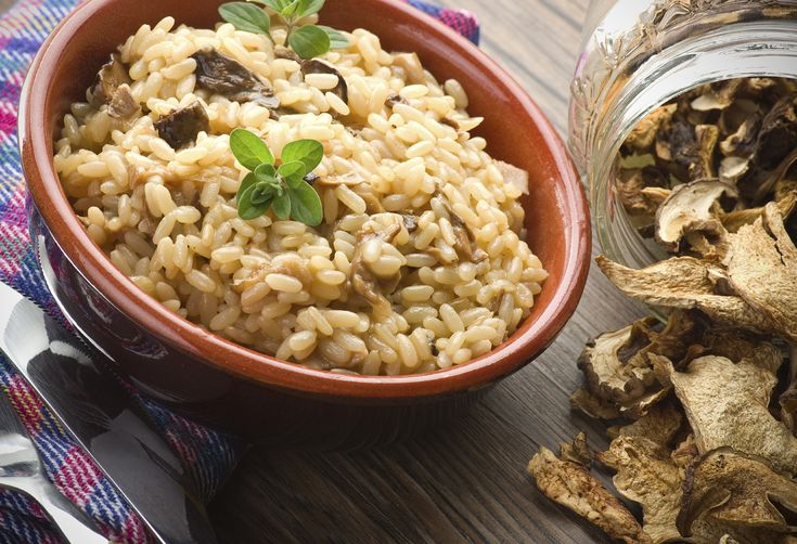 Risotto ist eine sehr beliebte Beilage zu Fleisch, aber auch solo ein echter Genuss. Wir verwenden hier statt wie üblich Weisswein etwasProsecco. Letzterergibt dem Risotto einenganz besonders feinen Geschmack. Das nachfolgende Rezept ist mit Steinpilzen, du kannst aber auch andere Pilzarten verwenden.Wer Pilze nicht mag, lässt sie einfach ganz weg oder verwendetstattdessenkleingeschnittene Selleriestangen-Stücke.